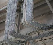 Câblage électrique à l'intérieur d'un transporteur de câble dans l'usine moderne Photographie stock libre de droits