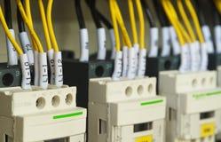 Câblage électrique en gros plan avec des fusibles et des contacteurs Images stock