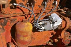 Câblage de bougie d'allumage d'un vieux tracteur orange Photos libres de droits