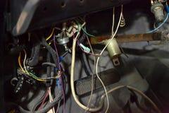 Câblage des véhicules à moteur d'un vieux chaika russe de gul du gaz 13 de voiture de voiture sous le tableau de bord pour répare photos stock