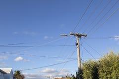 Câblages téléphoniques contre un ciel bleu image libre de droits