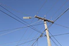 Câblages téléphoniques contre un ciel bleu photographie stock