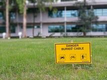 Câble à haute tension enterré par danger image libre de droits