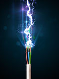 Câble électrique avec la foudre rougeoyante de l'électricité Photographie stock libre de droits