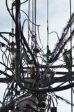 Câble aérien et serré de l'électricité et de réseau téléphonique image libre de droits