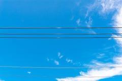 Câble avec le ciel bleu et nuageux Photos stock