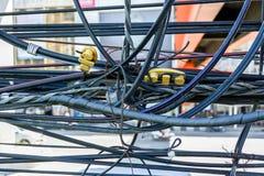Câble désordonné de l'électricité image stock