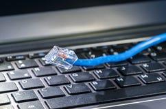 Câble d'Internet sur le clavier d'ordinateur images stock