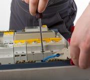 Câble de fixation d'électricien dans la boîte électrique domestique Images libres de droits
