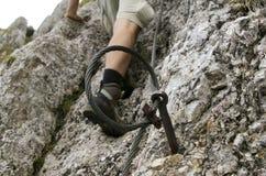 Câble de sécurité sur augmenter le journal de montagne Photo libre de droits