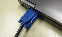 Câble de VGA relié à l'ordinateur portable Image stock