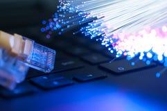 Câble jaune de connexion internet sur l'ordinateur portable Image stock