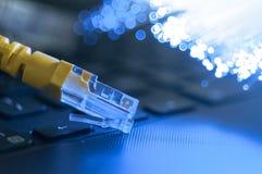 Câble jaune de connexion internet sur l'ordinateur portable Images stock