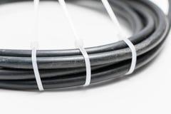 Câble noir avec la serrure blanche d'individu de lien de fermeture éclair photographie stock