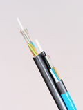 Câble optique bleu de fibre devant un schéma noir 8 câble aérien Photos libres de droits
