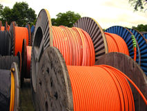 Câble orange de l'électricité sur les traitements différés en bois Image libre de droits