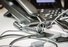 Câble tordu de spirale de téléphone et d'autres dispositifs branchés photos stock