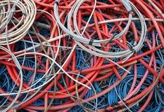 Câbles électriques à haute tension abandonnés et d'autres cordons de secteur dedans Images libres de droits