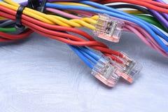 Câbles électriques colorés avec des connecteurs photos libres de droits