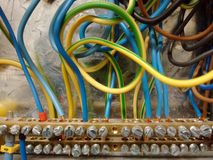 Câbles électriques dans la boîte d'AC/BC photo stock