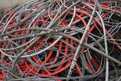 Câbles électriques ferraillés dans la décharge électrique Photos libres de droits