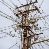 Câbles électriques malpropres dans l'Inde Image libre de droits