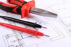 Câbles d'outil de multimètre et de travail sur le dessin de construction Photographie stock