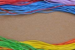 Câbles de couleur sur le feutre de brun Images libres de droits