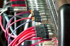 Câbles de microphone connectés au mixeur son Images libres de droits
