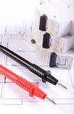 Câbles de multimètre et de fusible électrique sur le dessin de construction Image stock