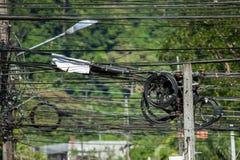 Câbles de poteau de l'électricité métallisés dans une intersection Photo stock