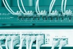 Câbles de réseau connectés à un commutateur photo libre de droits