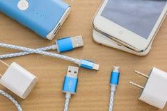 Câbles de remplissage d'USB pour le smartphone et le comprimé Photos libres de droits