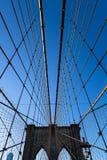 Câbles de suspension et tour occidentale de pont de Brooklyn, New York photos stock