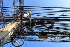 Câbles malpropres attachés au poteau d'électricités Photo libre de droits
