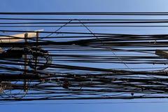 Câbles malpropres attachés au poteau d'électricités Images stock