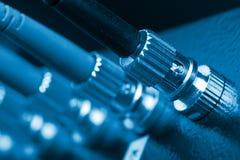 Câbles optiques de fibre connectés à un commutateur Image stock