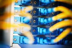 Câbles optiques de fibre reliés aux ports optiques image stock