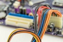 Câbles reliés à la carte mère d'ordinateur Image stock