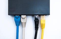 4 câbles reliés au routeur Photos stock