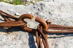 Câbles rouillés de fer liés autour du cercle Photo libre de droits
