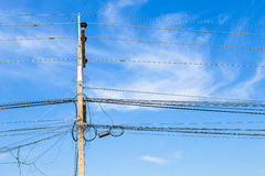Câblez-électrique dans le poteau le malpropre et chaotique Photo libre de droits