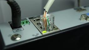 Câblez la connexion internet et le bouton orange de clignotant