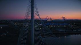Câblez le gratte-ciel presque moderne resté d'affaires de stade de sports de route de pont en voiture clips vidéos