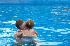 Câlin dans la piscine Photographie stock