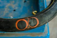 Câmara de ar reparada da bicicleta fotos de stock