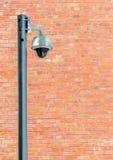 Câmara de segurança contra a parede de tijolo de Brown Imagens de Stock Royalty Free