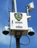 Câmara de segurança de NYPD colocada na interseção em Staten Island, NY imagem de stock