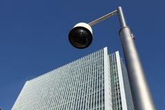 Câmara de segurança do CCTV perto do edifício do arranha-céus Fotografia de Stock Royalty Free