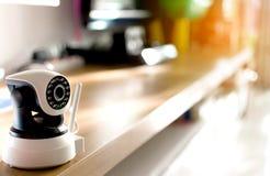 A câmara de segurança do CCTV que opera-se na casa imagem de stock